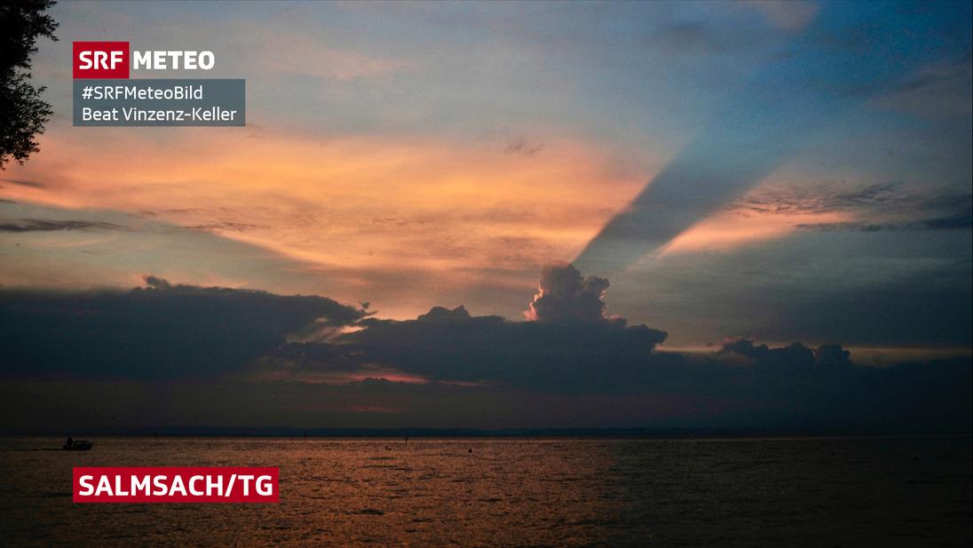 Abendstimmung am Bodensee. Blick an Gewitterwolken.