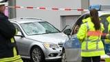 Auto fährt in Rosenmontags-Umzug
