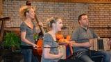 Das Trio GmUrchig spielt im «Samschtig-Jass»