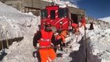 Zug fährt am Oberalp-Pass in Schneerutsch (Artikel enthält Audio)