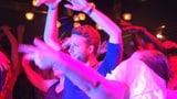 Video «Tanzkaraoke – in der Disco den Idolen ab Leinwand nacheifern» abspielen