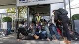 Aktivisten blockieren Flughafenterminal für Privatjets  (Artikel enthält Video)