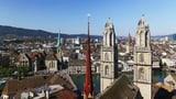 Eine Stadt mit mehreren Kirchen und ein Fluss aus der Vogelperspektive.