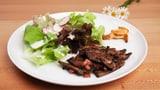 Salat mit Gitzileberli garniert
