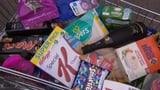 Video «Der «Kassensturz»-Warenkorb: Wann werden Markenartikel billiger?» abspielen