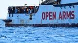Mehrere Flüchtlinge springen ins Wasser (Artikel enthält Audio)