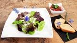 «Äs Schüsseli Blattsalat» an Joghurtsauce und Knoblauchbaguettes