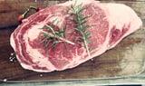 Für mehr Geschmack: Fleisch vor dem Anbraten salzen