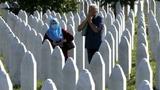 Die Welt gedenkt der Opfer des Völkermords von Srebrenica (Artikel enthält Video)