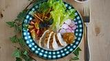 Pouletbrüstli mit Rhabarber-Aprikosen-Chutney und Salatbouquet