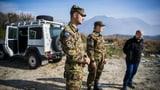 Sollen Schweizer Soldaten länger in Kosovo bleiben? (Artikel enthält Audio)
