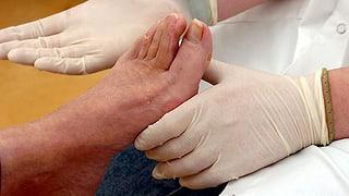 Heiße Brünette Zeigt Ihre Füße Und Zehen Her