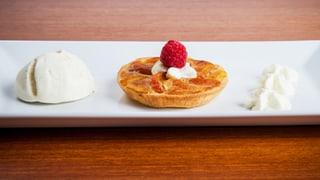 Rolfs Desserttraum aus Aprikosentörtchen und Vanilleeis