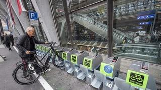 Gebührenpflichtige Veloständer werden am Bahnhof kaum genutzt (Artikel enthält Audio)