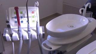 Unhygienisches Spülwasser beim Zahnarzt (Artikel enthält Video)