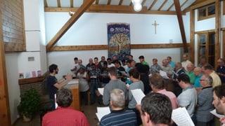 Chors da Laax e requirents d'asil chantan per Vitus Dermont