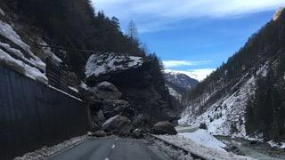 Felssturz verschüttet Strasse im Unterengadin