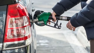 Ölpreis fällt, Benzinpreis steigt