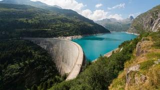 Der Kampf ums «blaue Gold» spitzt sich zu: Die Berggebiete wollen ihre Wasserzinsmillionen notfalls mit einer Volksinitiative retten.