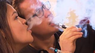 Video «Streit ums Dampfen: Rauchende Köpfe wegen E-Zigaretten» abspielen
