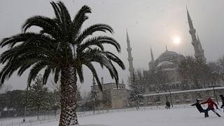 Weisses Südeuropa: Schneeballschlacht in Athen