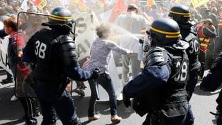 Tausende demonstrierten am Dienstag gegen Macrons Arbeitsmarktreform. Lesen Sie hier mehr dazu.