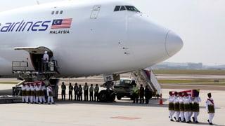 MH17: Erste Särge in Malaysia angekommen