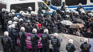 Hunderte Demonstranten vor AfD-Parteitag festgenommen