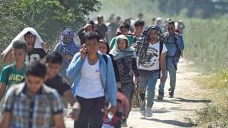 Asylsuchende ziehen an der Schweiz vorbei