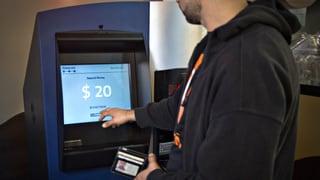 Anstehen vor dem Bitcoin-Geldautomaten