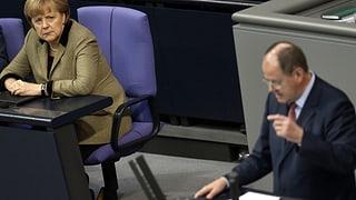 Herausforderer Steinbrück greift Merkel an