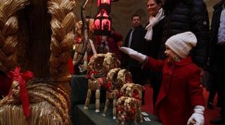 Klein-Estelle ganz verzückt am Weihnachtsmarkt