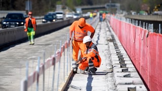 Bauarbeiter sollen auch im Sommer unter den Helm