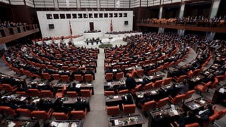 Türkisches Parlament debattiert Luftangriffe gegen PKK und IS