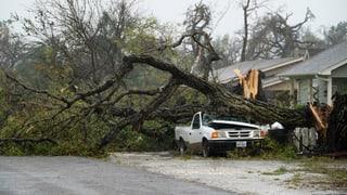 Wegen des Wirbelsturms «Harvey» sind in Texas Häuser eingestürzt, Dächer abgedeckt worden und Bäume umgeknickt. Mehrere Todesopfer sind zu beklagen.