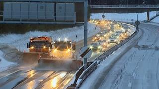 Starke Schneefälle legen den Verkehr lahm