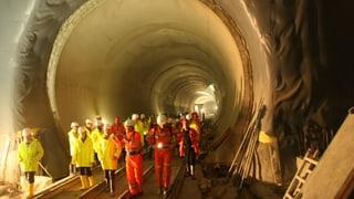 Ina fanestra en il tunnel da la Neat a Sedrun