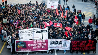 Mehrere hundert Personen demonstrieren in Bern gegen WEF