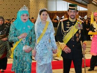 Der Sultan von Brunei mit seiner Erstfrau (l.) und seiner dritten Frau, von der wieder geschieden ist.
