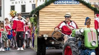 Kunststücke, Fahnen, Bier und Wein: Der Festumzug in Aarau