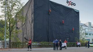 Umweltaktivisten verhüllen Axpo-Gebäude in Baden