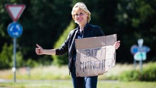 Daumen hoch! Sabine Dahinden macht Autostopp
