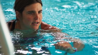 Anita Weyermann taucht mit Aquafit-Instruktor Viktor Röthlin ab
