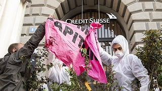 Activists han bloccà sedias dad UBS e Credit Suisse