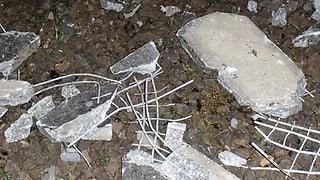 Vandalenakt: Unbekannte legen Betonplatten auf Geleise