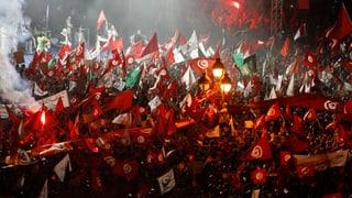 Zehntausende demonstrieren in den Strassen von Tunis