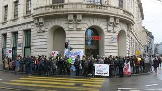 Demonstration vor Basler UBS