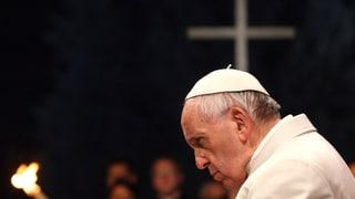 Papst und Gläubige wandeln auf Jesu Leidensweg