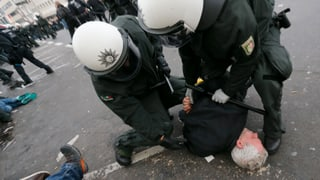Hooligan-Demo in Köln endet in Gewalt