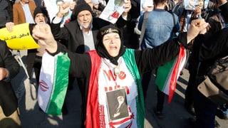 Zehntausende gehen für iranische Führung auf die Strasse